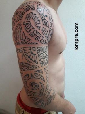 Tatouage d'épaule et bras jusqu'a la mi avant bras en style polynesien