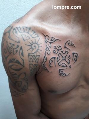 une tortue en tatouage polynesien vient compléter une belle épaule