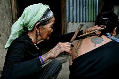 La plus vieille tatoueuse du monde une Philippine Kalinga