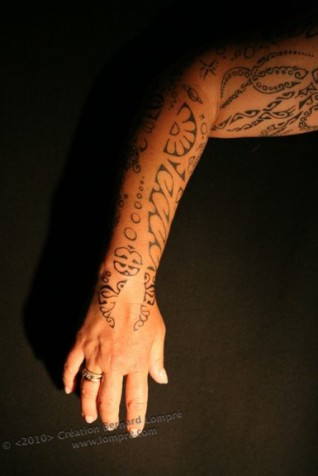 049.tattoo-paris-bras-polynesien-main-hand-lompre